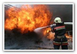 В Тосненском районе сгорел одноэтажный дом и выгорела кровля у магазина